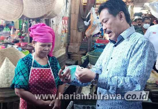 Warga Pasar Ramai-ramai Minta Masker Wakil Bupati Sidoarjo