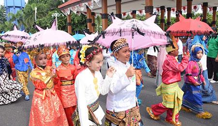 Meriahnya Parade Baju Adat SD Islam Al Abror Situbondo