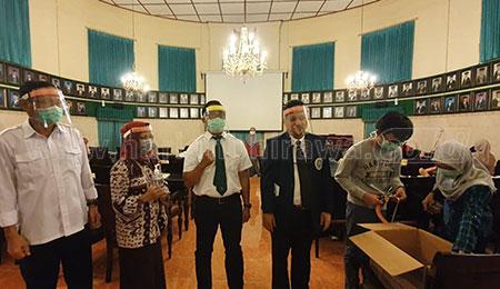 ITS dan FK Unair Gotong Royong Buat Face Shield