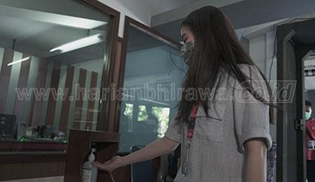 Mahasiswa Undika Buat Alat Hand Sanitizer Otomatis