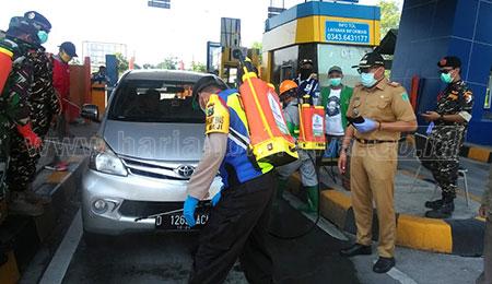 Waspada Covid-19, Berhentikan Kendaraan di Exit Tol Pasuruan