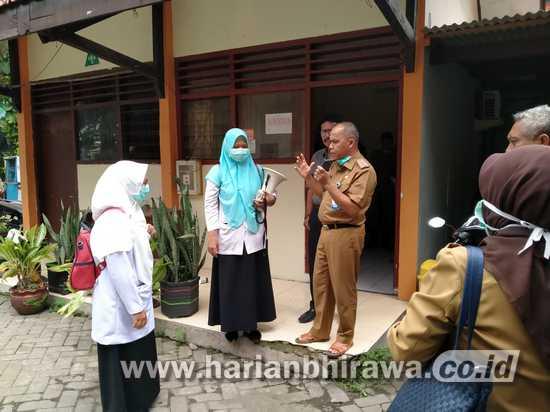 Camat Sukomanunggal Surabaya Sosialisasikan Covid-19 Keliling Kampung