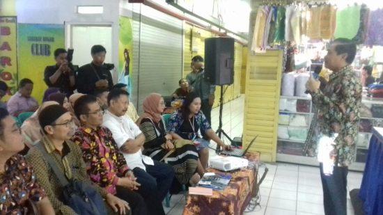 Pedagang Pasar Dinoyo Kota Malang Antusias Ikuti Praktik Transaksi QRIS