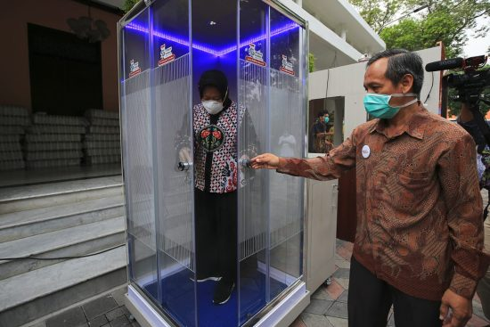 Pemkot Surabaya Pasang Sanitizer Chamber di Berbagai Fasum