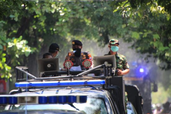 Gunakan Watercanon, TNI-Polri Semprot Disinfektan JalanProtokol di Lamongan