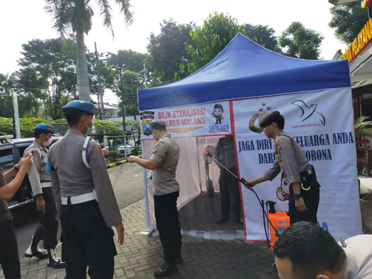 Putus Penyebaran Covid-19, Polres Malang Pasang Bilik Sterilisasi Disinfektan