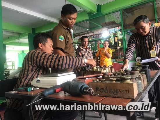 Lindungi Hak Konsumen, Timbangan di Pasar Tradisional Kota Malang Ditera Ulang