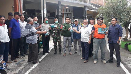IKIP Budi Utomo Kota Malang Bantu Penyemprotan ke Warga RW 9 Sawojajar