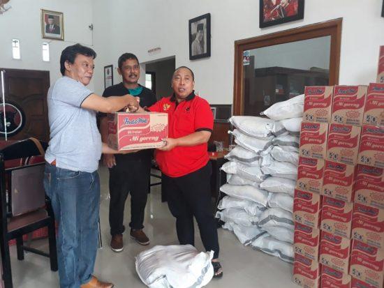 Tanggap Covid-19, Sri Untari Kirim Setengah Ton Beraske DPC PDIP Kabupaten Malang