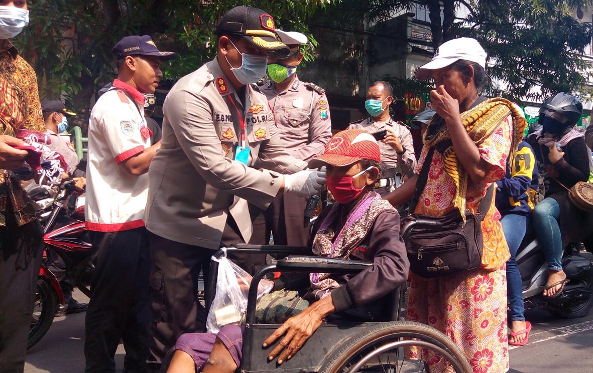 Polres Tulungagung Bagikan 20.000 Masker pada Pengguna Jalan