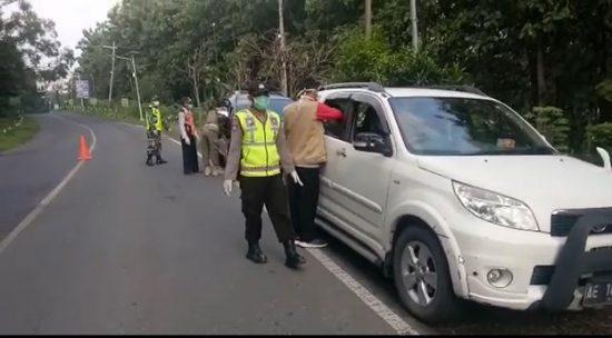 Jajaran Polres Bojonegoro Lakukan Pemeriksaan Suhu Tubuh di Perbatasan Bojonegoro-Ngawi