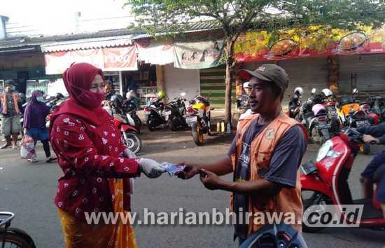 Cegah Covid-19, Puluhan Ibu-ibu Berkebaya Kabupaten Malang Bagikan Masker