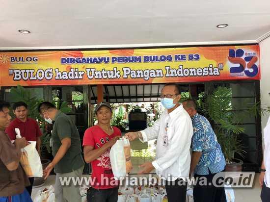 Bulog Jawa Timur Bagikan Bansos bagi warga Terdampak Covid-19