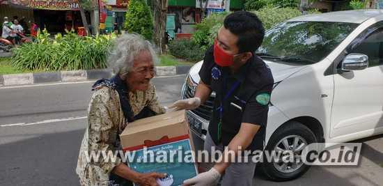 Sisihkan Gaji, Karyawan PT KPF Surabaya Bagikan Donasi di 10 Titik Lokasi