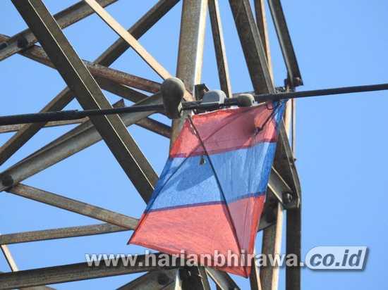 PLN Amankan Jaringan Listrik 24 Jam, Layang-layang Raksasa Tersangkut Tower