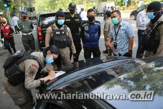 Petugas Gabungan Gelar Operasi pada Moda Transportasi Darat di Taman Bungkul