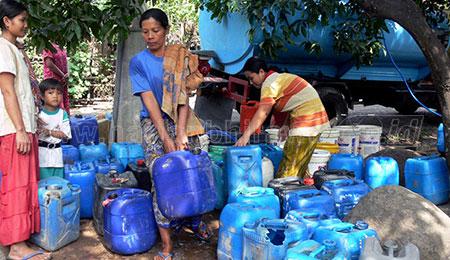 Kekeringan, Pemkab Pasuruan Dropping Air Bersih di Lima Desa