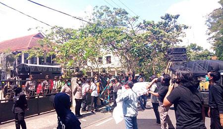 Mahasiswa Lempari Kantor DPRD Tulungagung dengan Telur
