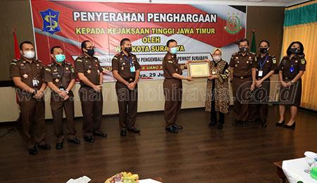 Bantu Selamatkan Aset, Wali Kota Surabaya Beri Penghargaan Jajaran Kejati Jatim