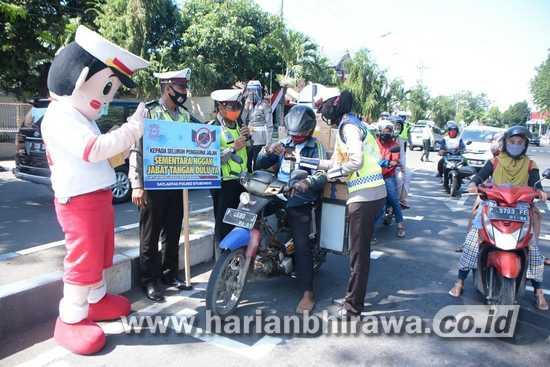 Satlantas Situbondo Ajak Warga Patuhi Protokol Kesehatan di Jalur Traffic Light