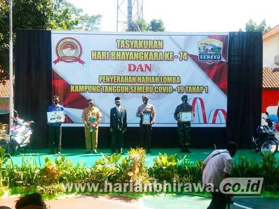 Penyerahan Hadiah Pemenang Lomba Kampung Tangguh di HUT Bhayangkara