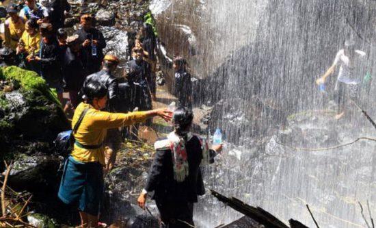 Warga Tengger Peringati Ritual Mendak Tirta di Air Terjun Madakaripura