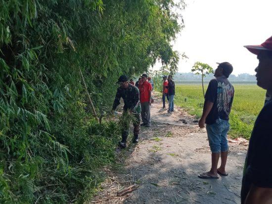Bersama Warga, Babinsa Koramil Sumobito Bersihkan Lingkungan