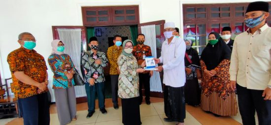 Bupati Jombang Serahkan Bantuan Perlengkapan Kesehatan Pencegahan Covid-19