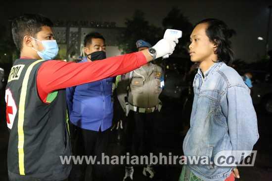 Patroli Malam Hari, Petugas Gabungan Jombang Ingatkan Warga Gunakan Masker