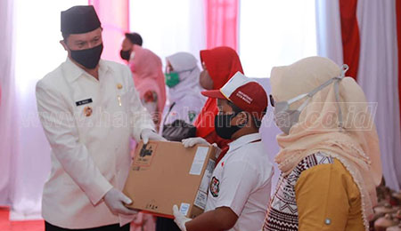 Wali Kota Madiun Bagikan 5.425 Laptop dan Seragam Gratis bagi Pelajar