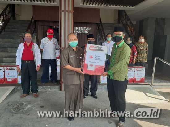 PMI Serahkan Bantuan Hand Sprayer dan Pembersih Lantai 29 Ponpes di Tuban