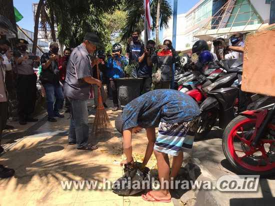 Melanggar Tak Bermasker Kota Malang di Hukum Nyapu