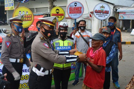 Dukung Jatim Bermasker, Polres Bojonegoro Bersama FKOB Bagikan Masker