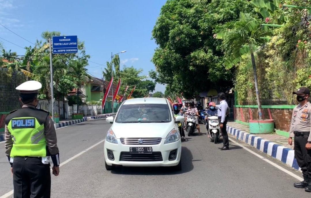 Detik-detik Proklamasi HUT RI, Polisi di Bojonegoro Hentikan Pengguna Jalan