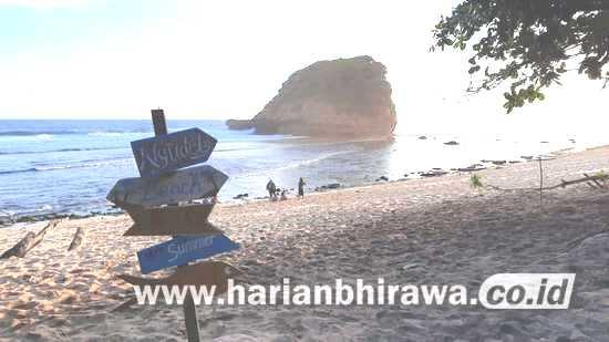 Mahasiswa Asing IKIP Budi Utomo Kagum Keindahan Pantai Ngudel Kabupaten Malang
