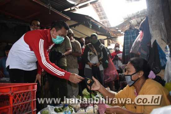 """Masifkan """"Jatim Bermasker"""", Bupati Mojokerto Bagikan Masker di Pasar Sawahan"""