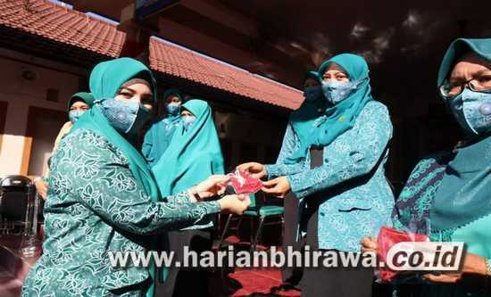 TPP PKK Kota Probolinggo Bagikan 7.000 Masker di HUT RI Ke-75