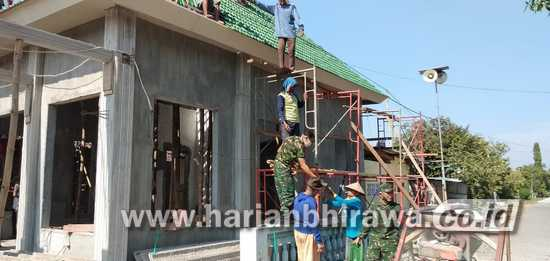 Babinsa Koramil 0814/09 Bantu Warga Pasang Genting Musala