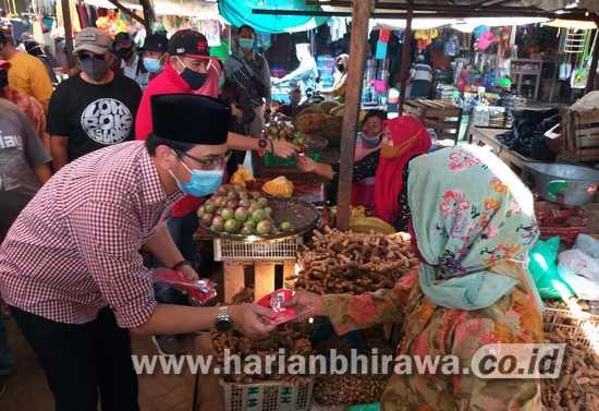 Sapa Warga, Teno Bagikan Masker dan Hand Sanitizer ke Pasar Besar