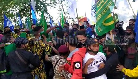 Pendukung MA-Mujiaman Berdesakan Paksa Masuk Halaman KPU