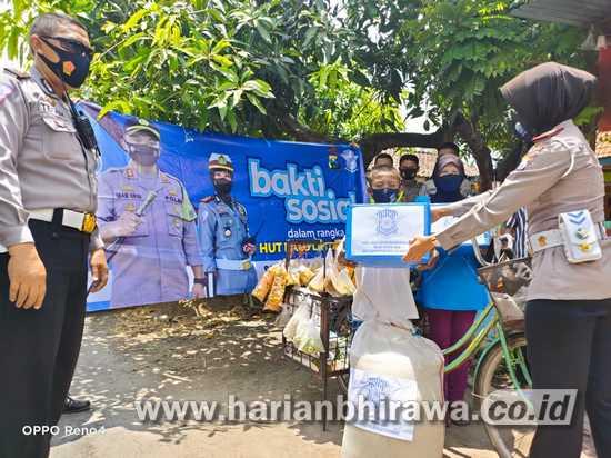 Satlantas Salurkan Bantuan Sembako Untuk Bocah Penjual Sayur Keliling