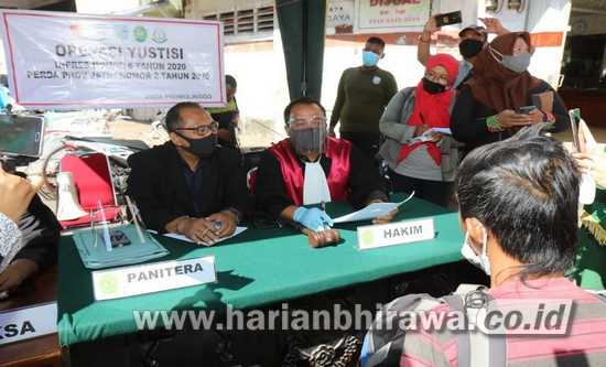 Tak Gunakan Masker, Sidang di Tempat dan Bersih-Bersih GOR di Probolinggo