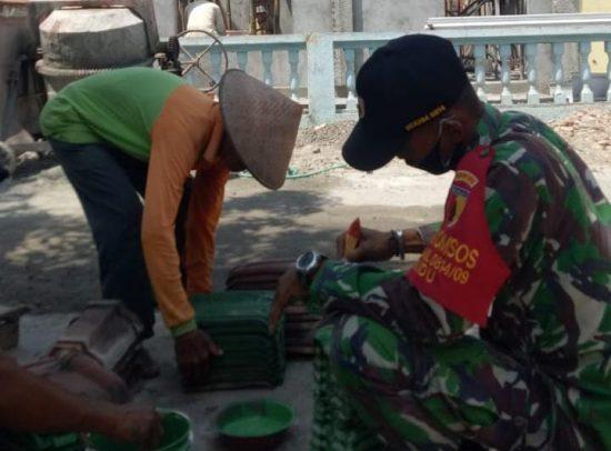 Babinsa Koramil 0814/09 Kudu – Warga Gotong Royong Renovasi Musolla