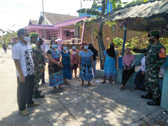 Babinsa Koramil 0814/12 Kesamben Edukasi Warga dengan Berbagi Masker
