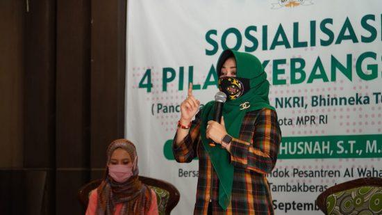 Tangkal Radikalisme, Ning Ema Sosialisasikan Empat Pilar Kebangsaan pada Ratusan Santri Tambak Beras