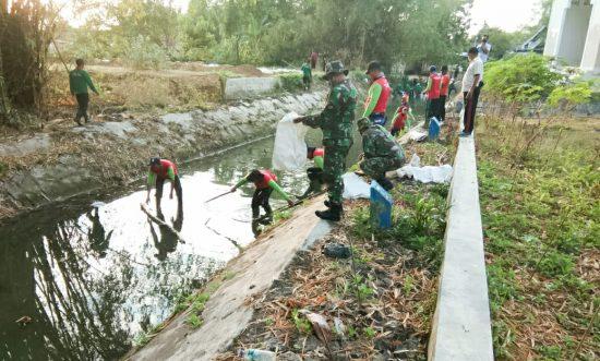 Pemkab Bojonegoro-Koramil Bersihan Saluran Air Cegah Banjir