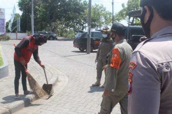 Terjaring Razia Masker, Pelanggar Dihukum Menyapu di Jombang