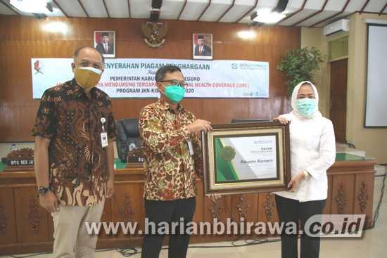 Capai UHC, Kabupaten Bojonegoro Terima Penghargaan BPJS Kesehatan