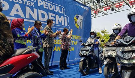 Tekan Angka Kecelakaan, BPJS Ketenagakerjaan Bagikan APD Helm di Madura