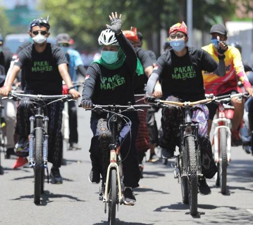 Gowes Bersarung, Khofifah Peringati Hari Santri Sekaligus Kampanye Protokol Kesehatan